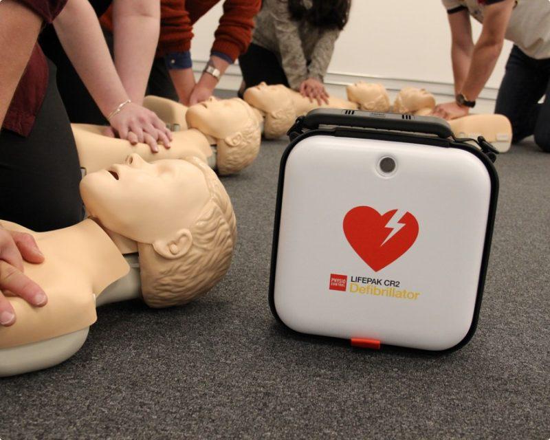 HLR-Dockor och en defibrillator