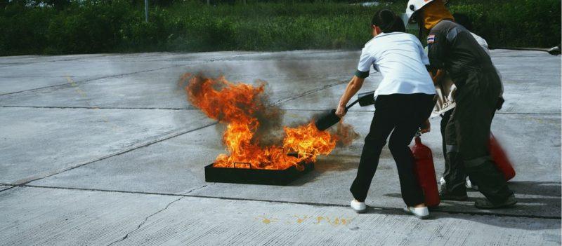 bild där tre personer över brandsläckning